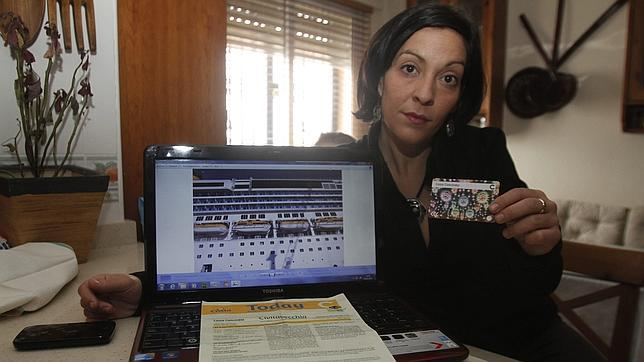 Ángeles Mantero muestra la tarjeta de Costa Concordia