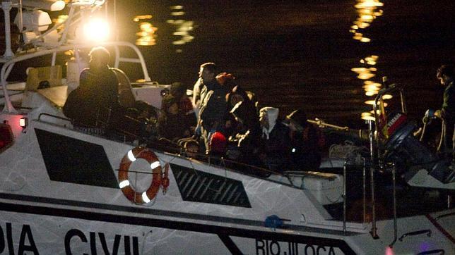 Rescatados siete subsaharianos en una patera en el Estrecho