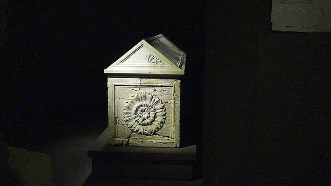 Uno de los sarcófagos reconstruidos