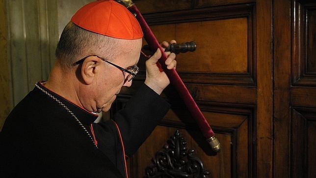 El camarlengo cierra la puerta del apartamento del Papa