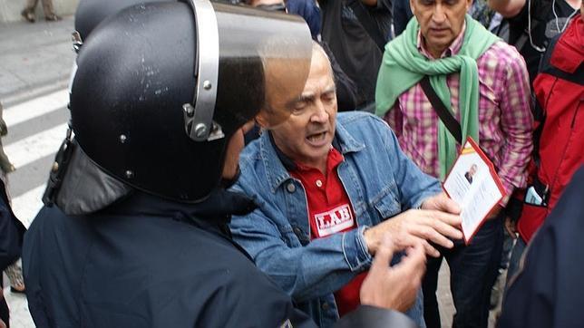 El juez acusa al diputado de Amaiur Sabino Cuadra de impedir la labor de la Policía