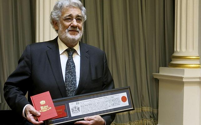 Plácido Domingo muestra el certificado de las Llaves de la City de Londres
