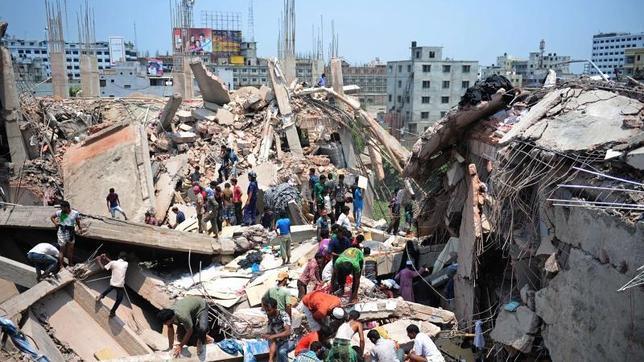 Casi cien muertos en el derrumbe de un edificio en Bangladesh