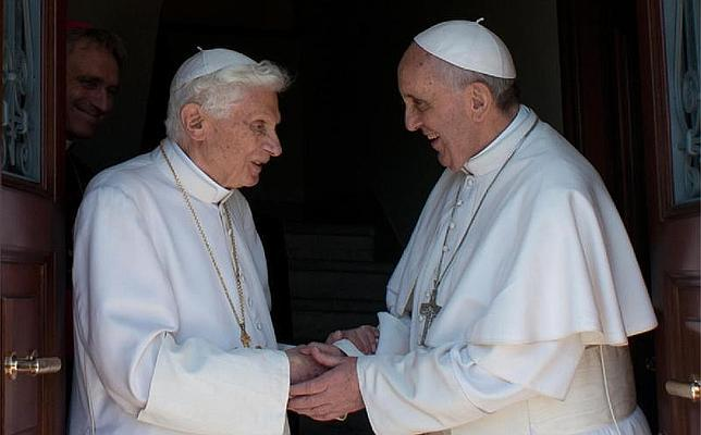 Francisco recibe a Benedicto XVI en el Vaticano