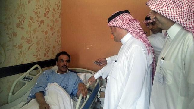 El ministro saudita de Sanidad visita a un paciente con el virus