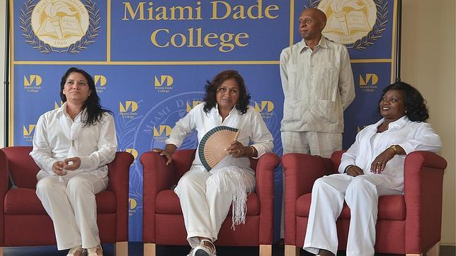 Guillermo Fariñas junto a las Damas de Blanco (dcha. a izq.) Berta Soler, Belkis Cantillo y Laura Labrada Pollán, en un acto este lunes en Miami