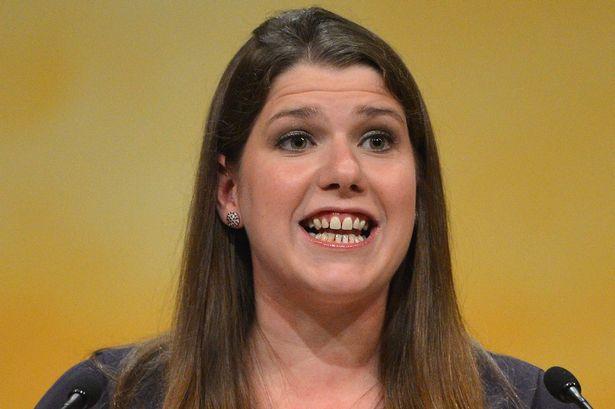 La ministra de la Mujer británica pide a los padres que no «llamen guapas» a sus hijas