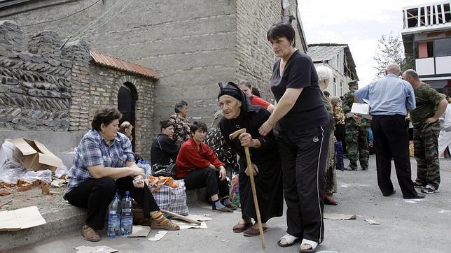 Habitantes de Osetia del Sur esperan para recibir comida en una iglesia durante la guerra de 2008