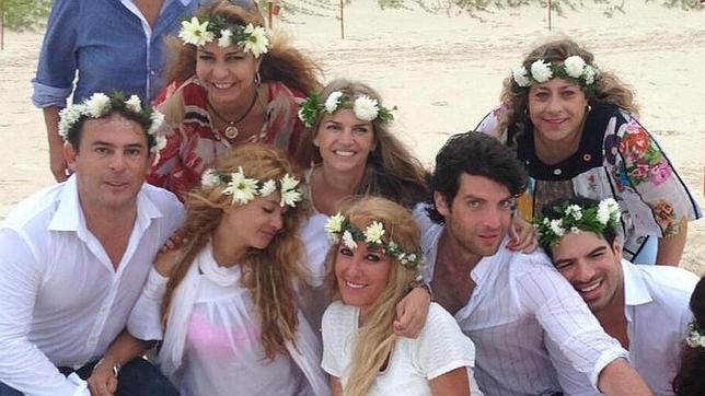 Paulina Rubio y sus amigos lucieron prendas blancas y coronas de flores para la celebración maya
