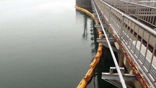 Barrera desplegada en las aguas del océano Pacifico cerca a los reactores 1 y 2 de la Planta de Energía Nuclear de Fukushima en Okuma