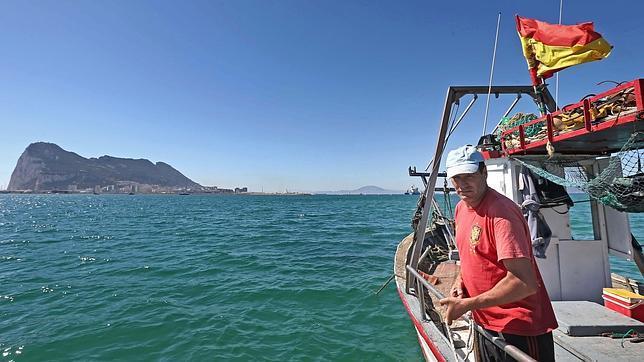 Los pescadores de La Línea temen su ruina con los bloques de Picardo