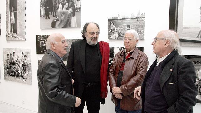 Maspons (a la derecha), junto a Francisco Ontaño, Carlos Pérez Siquier y Leopoldo Pomés