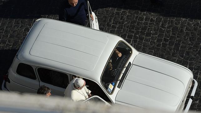 El Papa Francisco, sube a un «Cuatro Latas» poco antes de la vigilia de oración en San Pedro