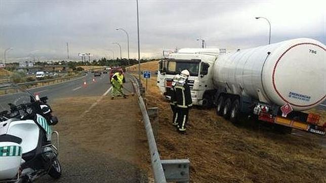 La salida de la vía del camión ha llenado la calzada de tierra, lo que ha obligado a cortar dos carriles de la carretera