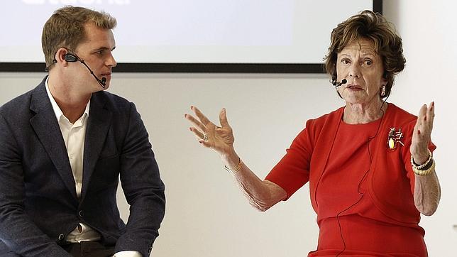 La vicepresidenta de la Comisión Europea Neelie Kroes(der), explica el programa StarUp Europe,
