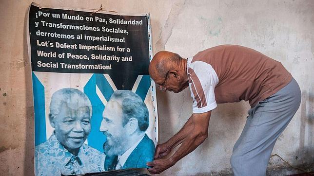 El dictador Raúl Castro homenajeará al defensor de los derechos humanos Nelson Mandela