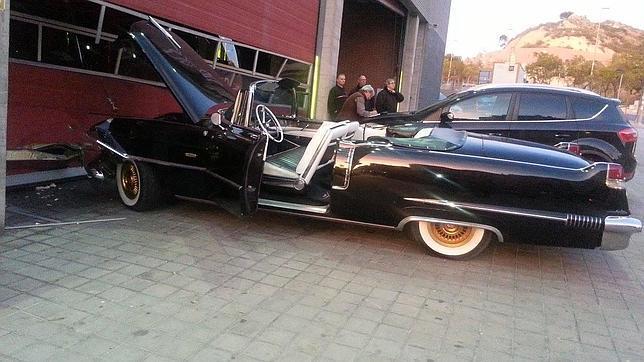 El coche del rey Gaspar, sin frenos, se estrella contra el parque de Bomberos