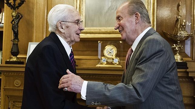 El Rey ha recibido hoy en su despacho del Palacio de la Zarzuela a José Velasco García (i) y Antonio Jodrá
