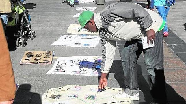 Los vendedores ambulantes se manifiestan contra la penalización del «top manta»