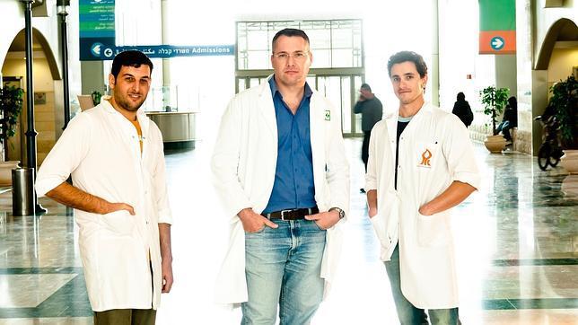 Eli Lewis (en el centro), codirector de la investigación de un nuevo tratamiento que permite a los enfermos  de diabetes tipo 1 inyectarse insulina cada dos años