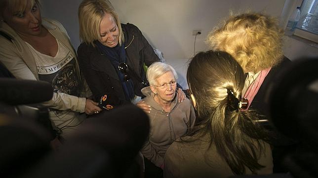 Desalojada de su vivienda una mujer de 73 años desahuciada por la empresa de su hijo