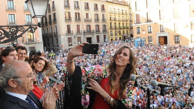 Amaya Valdemoro, haciendo un «selfie» en la Plaza de la Villa, antes de leer el pregón de San Isidro