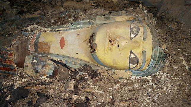 Fotografía facilitada por el Ministerio egipcio de Antigüedades de uno de los sarcófagos