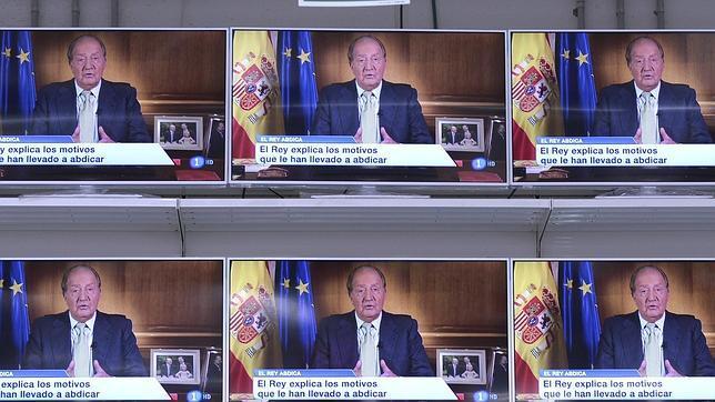 Don Juan Carlos se dirige los españoles y las televisiones de un centro comercial lo difunden
