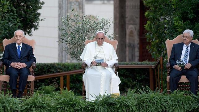 El Papa a Peres y Abbas: «La paz necesita más valor que la guerra»