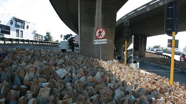 En la imagen se ven rocas agudas bajo un elevado en Ciudad del Cabo