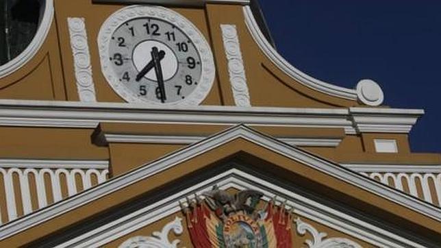 El reloj al revés de Bolivia que gira hacia el pasado