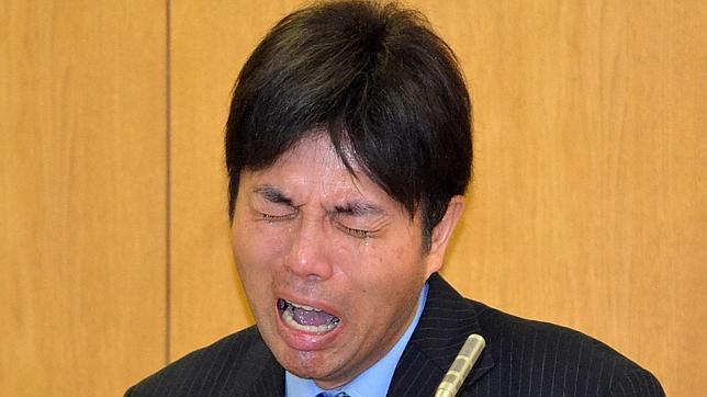 El llanto histérico de un político japonés acusado de corrupción conquista internet