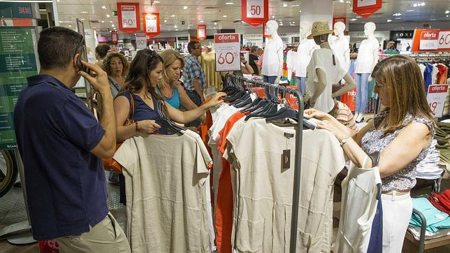 Clientes de un centro comercial de Murcia hacen sus compras en el primer día de rebajas
