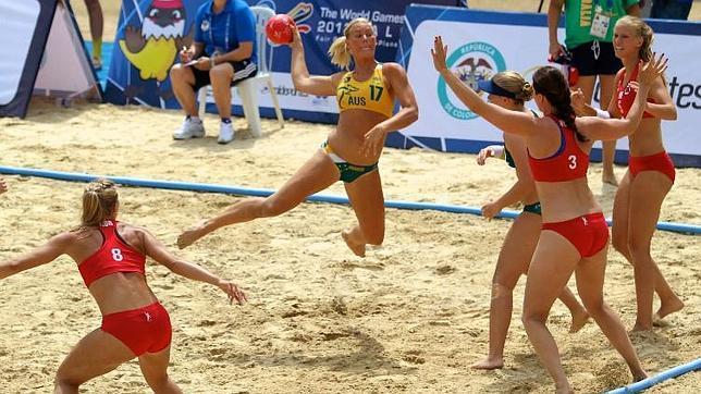 Las chicas del balonmano playa no quieren jugar en top y braguitas