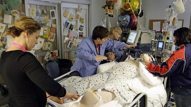 Imagen de archivo de una terapeuta de reiki imponiendo sus manos a un enfermo en un hospital de Estados Unidos