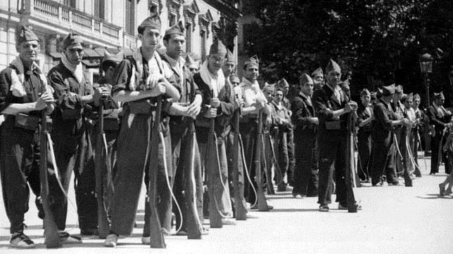 Milicianos republicanos, antes de partir hacia el frente