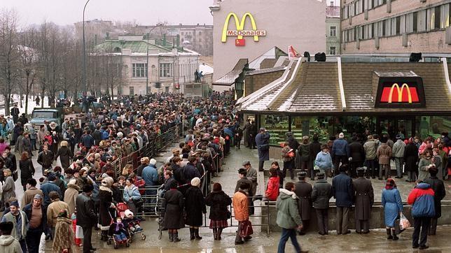 Foto tomada en 1990, año en el que se inauguró el primer McDonalds en Rusia, que ha sido uno de los cuatro restaurantes afectados