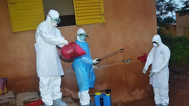Sanitarios realizando labores de desinfección en el Hospital de Pita