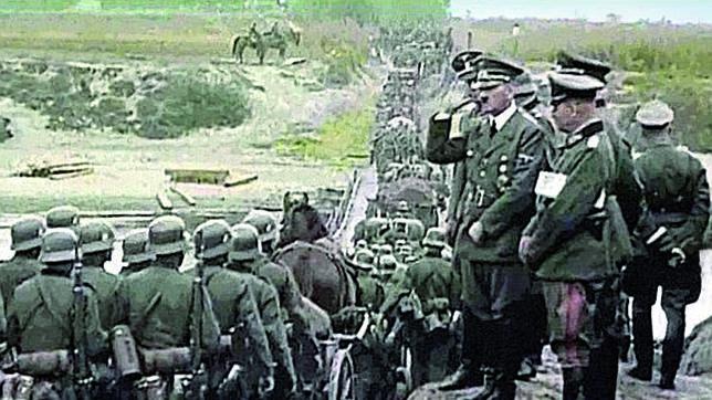 Adolf Hitler saluda al paso de sus tropas victoriosas tras la ocupación de la mitad de Polonia. El Ejército Rojo, ocuparía ya sin apenas resistencia la otra mitad