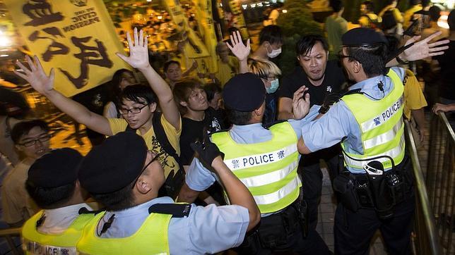 Manifestantes a favor de la democracia se enfrentan con la Policía en Hong Kong, el pasado lunes