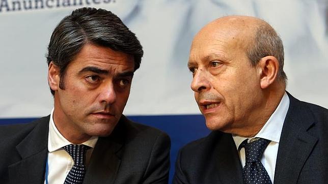 Luis Enríquez, presidente de los editores de diarios en España, junto al ministro de Educación, José Ignacio Wert