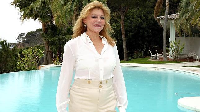 La baronesa Carmen Thyssen-Bornemisza posa en su casa de Barcelona