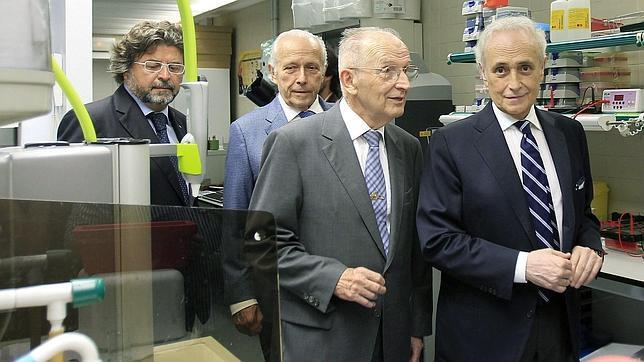 Josep Carreras (d) y el doctor Ciril Rozman (2d), en la inauguración de los nuevos laboratorios del Instituto de Investigación contra la Leucemia José Carreras