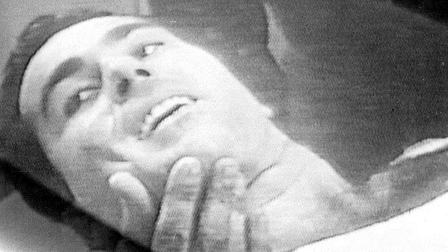 Paquirri, en la enfermería, explica al doctor cómo es la cornada