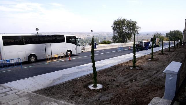 Autobús turístico en la calle Gerardo Lobo, recién abierta tras las obras
