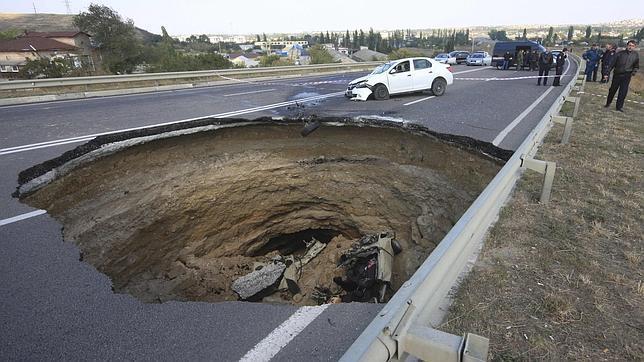 Imagen del agujero aparecido en la carretera que ha acabado con la vida de seis personas