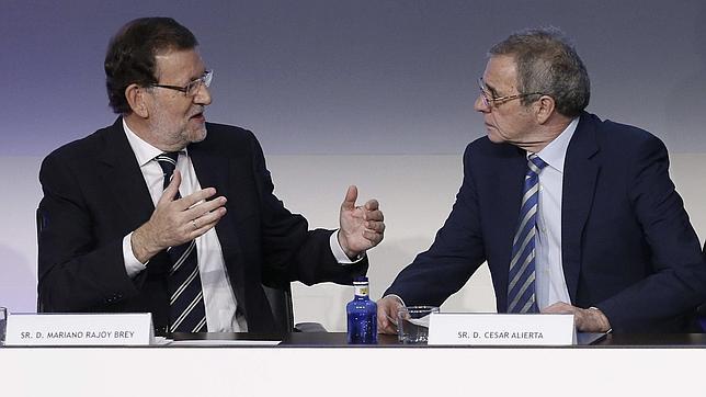 El presidente del Gobierno conversa con el presidente de Telefónica durante el CEAL