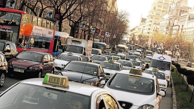 Vehículos circulando por la calle de Alcalá, en el distrito Centro