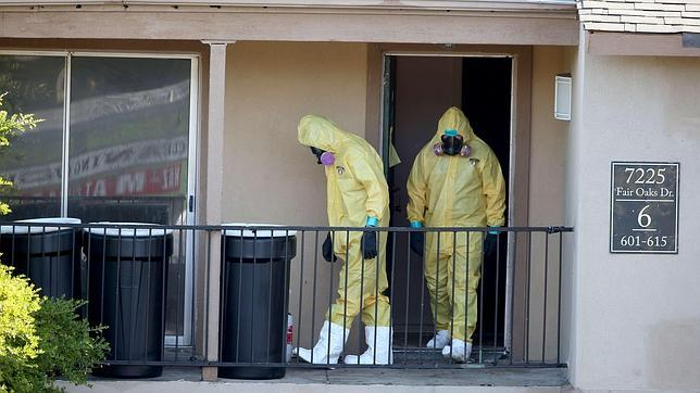 Operarios entran en la casa del paciente infectado por ébola en Dallas.