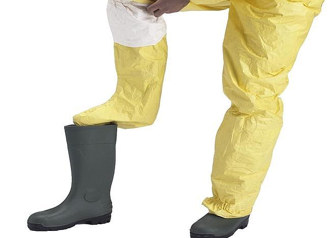 El traje amarillo Tychem-C, homologado por la OMS, viene con unas instrucciones de uso que se omiten o desdeñan
